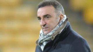 Swansea City wamemteua aliyekuwa mkufunzi wa klabu ya Sheffield Wednesday Carlos Carvalhal kuwa mkufunzi mpya.