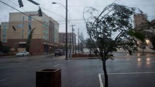 El temido huracán Florence toca tierra en la costa sureste de Estados Unidos como ciclón de categoría 1 - BBC News Mundo