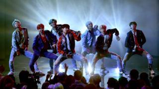 방탄소년단은 세 번째 정규앨범 'LOVE YOURSELF 轉 Tear'로 한국 가수로서는 최초로 '빌보드 200' 1위를 차지했다