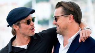 """برد پیت به همراه لئوناردو دی کاپریو در فستیوال فیلم کن، نمایش جدیدترین فیلم آنها """"روزی روزگاری در هالیوود"""" در کن با استقبال روبرو شده است"""
