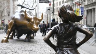 تمثال لفتاة تتحدى ثورا