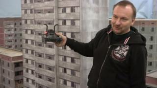 Керівник проекту Сергій Бескрестнов показує, як учасники гри вітаються одне з одним