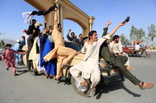 Люди святкують припинення вогню у протистоянні з талібами