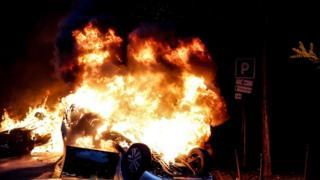 سيارة أضرمت فيها النيران في باريس