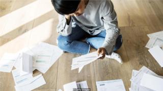 大多数国家的年轻工人比前几代人承担了更重的学生贷款债务。