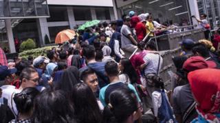 Warga mengantri untuk menaiki kereta MRT di pintu masuk Stasiun MRT Bundaran HI, Jakarta, Minggu (24/3/2019).