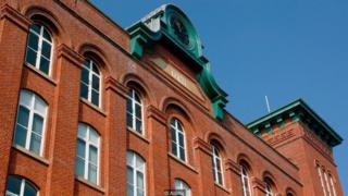 La fachada del edificio Houldsworth Mill en Cheshire, Inglaterra