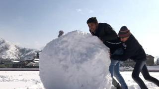 બરફમાં રમતા બાળકો