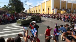 Cenizas de Fidel Castro pasan frente al Cuartel Moncada