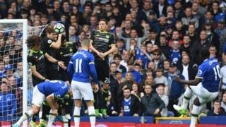 Everton đọ sức với Chelsea hôm 30/4