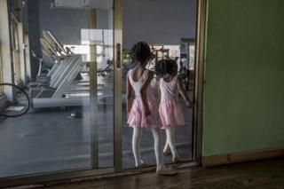 in_pictures Girls waiting for a ballet class