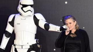 凯丽·费雪(右)在伦敦出席《星球大战:原力觉醒》首映(16/12/2015)