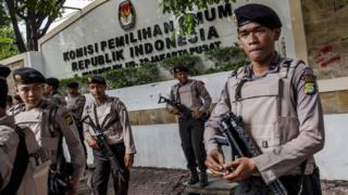 Petugas polisi bertugas menjaga keamanan pemilihan umum di Indonesia