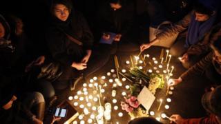 Протестующие со свечами