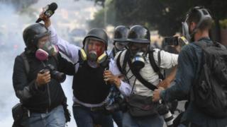 Imágenes de periodistas heridos durante protestas en Venezuela.