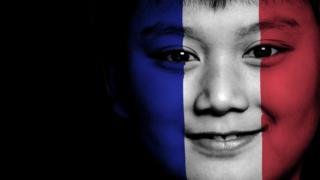 一名男童在脸上绘上法国国旗
