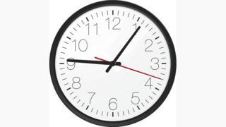 Reloj que marca las 9.06