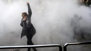 دختری در تظاهرات