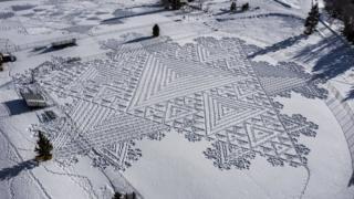 Simon Beck snow drawing