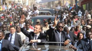 Plusieurs centaines de personnes ont accompagné le cortège présidentiel à travers les rues de Saint-Louis.