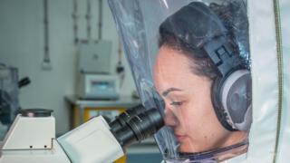 Un document de l'agence australienne CSIRO montre un chercheur travaillant sur un vaccin contre le 2019-nCoV