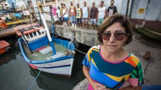 Norma de Alvarenga e, ao fundo, pescadores da praia de Suá, em Vitória