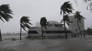 Barco en la marina de Miami, en medio del paso de Irma.
