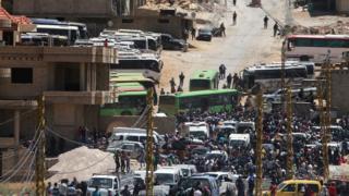 """اللاجئون السوريون في """"عرسال"""" استعدادا لاستقلال الحافلات إلى الداخل السوري"""