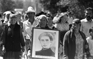 Төрөкул Айтматовдун жакындары Эски аянттагы эскерүү митингиси учурунда. 1991-жыл