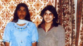 Jasvinder (kanan) usia 15, dengan saudarinya Robina.