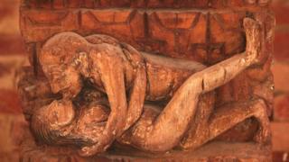 Una posición del Kama Sutra ilustrado en un relieve nepalés