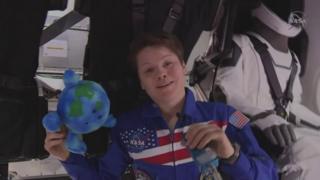 Астронавтка Енн Макклейн провела екскурсію на борт корабля Crew Dragon