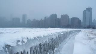 Imagem mostra prédios e área congelada em Chicago, em meio a intensa onda de frio nos EUA