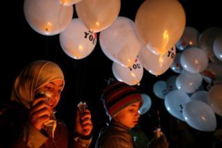 叙利亚大马士革约巴区一群儿童放飞气球祈愿(20/12/2016)