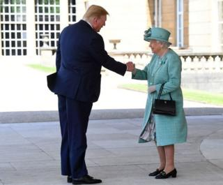 英国女王伊丽莎白二世在白金汉宫的欢迎仪式上迎接特朗普总统。