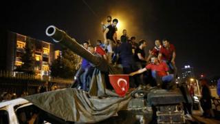 Manifestantes capturam tanque em Ankara
