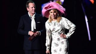 Paloma-Faith-and-Keifer-Sutherland-on-stage.