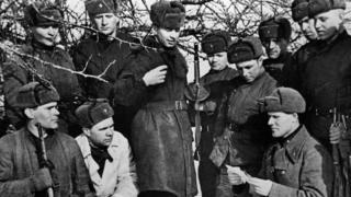 Радянські солдати під час переви у боях, 1942 рік.