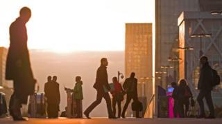 Personas caminando por la calle de lo que parece París