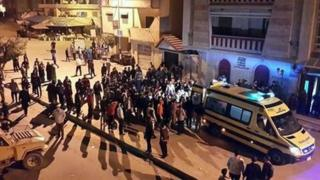 Egyptians security forces and people gather at the site of attack on a mobile checkpoint in El-Arish (21 January 2016)