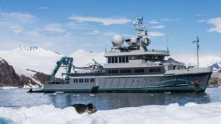 El barco Alucia en la Antártida
