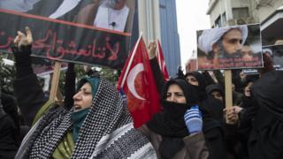 ニムル師の死刑執行に抗議するトルコのシーア派教徒(3日、イスタンブール)