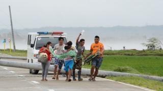 """Отец спасает больного ребенка во время тайфуна """"Мангхут"""""""