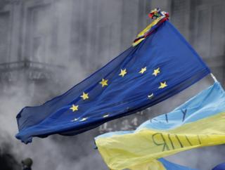 прапори ЄС і України
