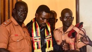 Bobi Wine (katikati) baada ya kuachiliwa kwa dhamana Jumatatu