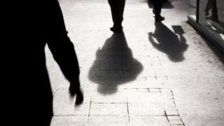 Sombras de pessoas nas ruas