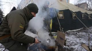 Avdiivka şəhərində insanları yedizdirmək və isitmək üçün çadırlar qurulub
