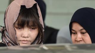 Đoàn Thị Hương đang bị dẫn giải lên tòa hôm 27/6