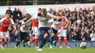 Harry Kane lokacin da yake buga fanaretin da suka ci Arsenal kwallonsu ta biyu