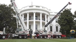 Строительные краны и фасад Белого дома